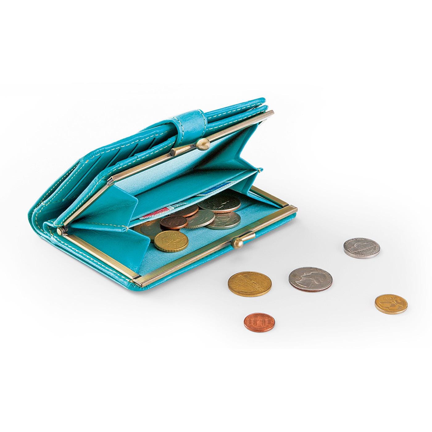 小銭入れは大きく開くがま口タイプ。カードは合計10枚収納できます。