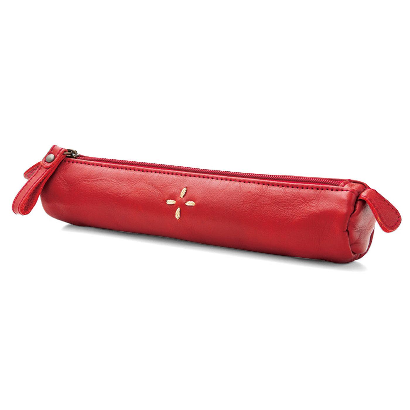 バッグの中でかさばらない、筒状のスマートなフォルム。小ぶりでも、本革の存在感たっぷり。