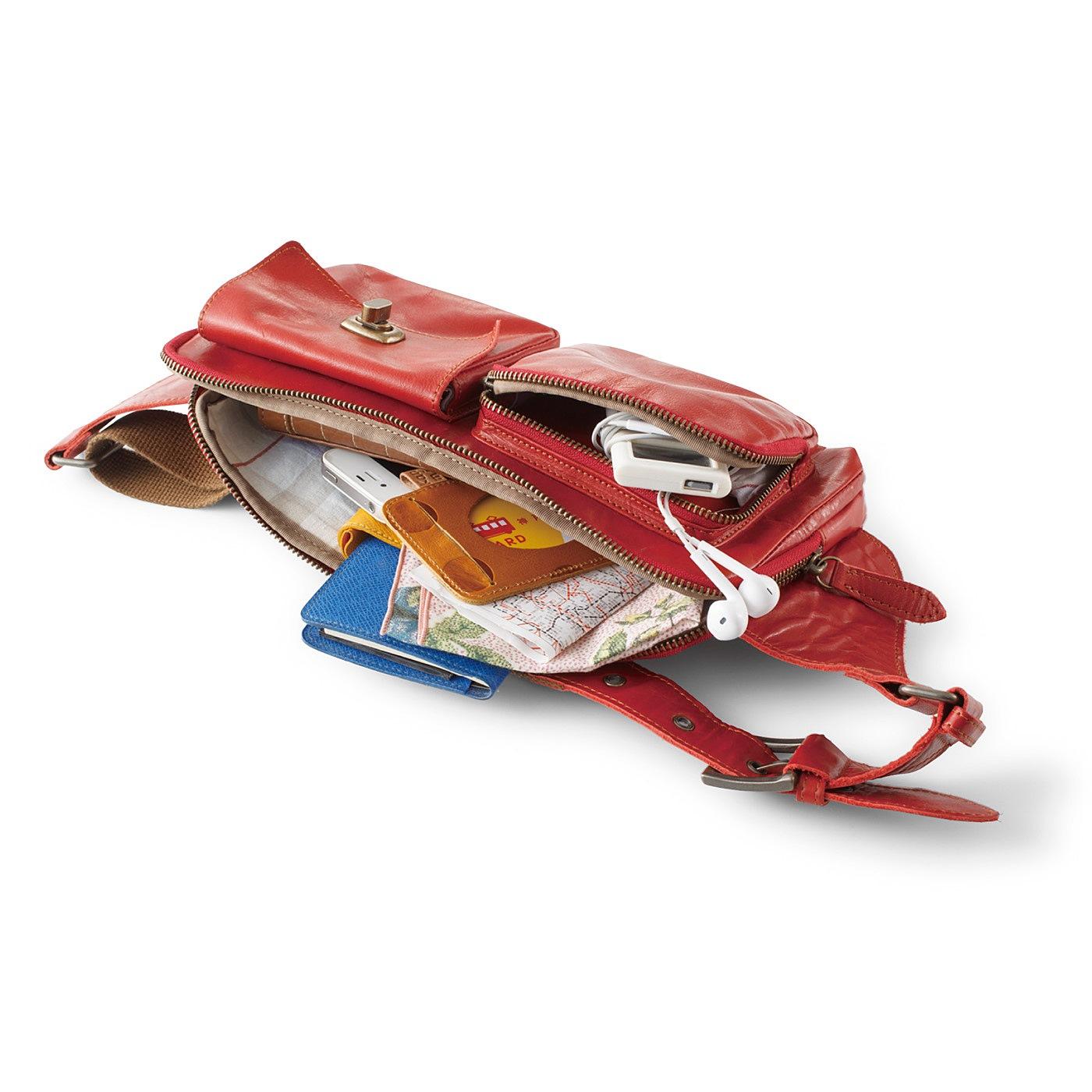 大きく開くメインポケットは長財布やデジカメなどもすっぽり収納できるサイズ。