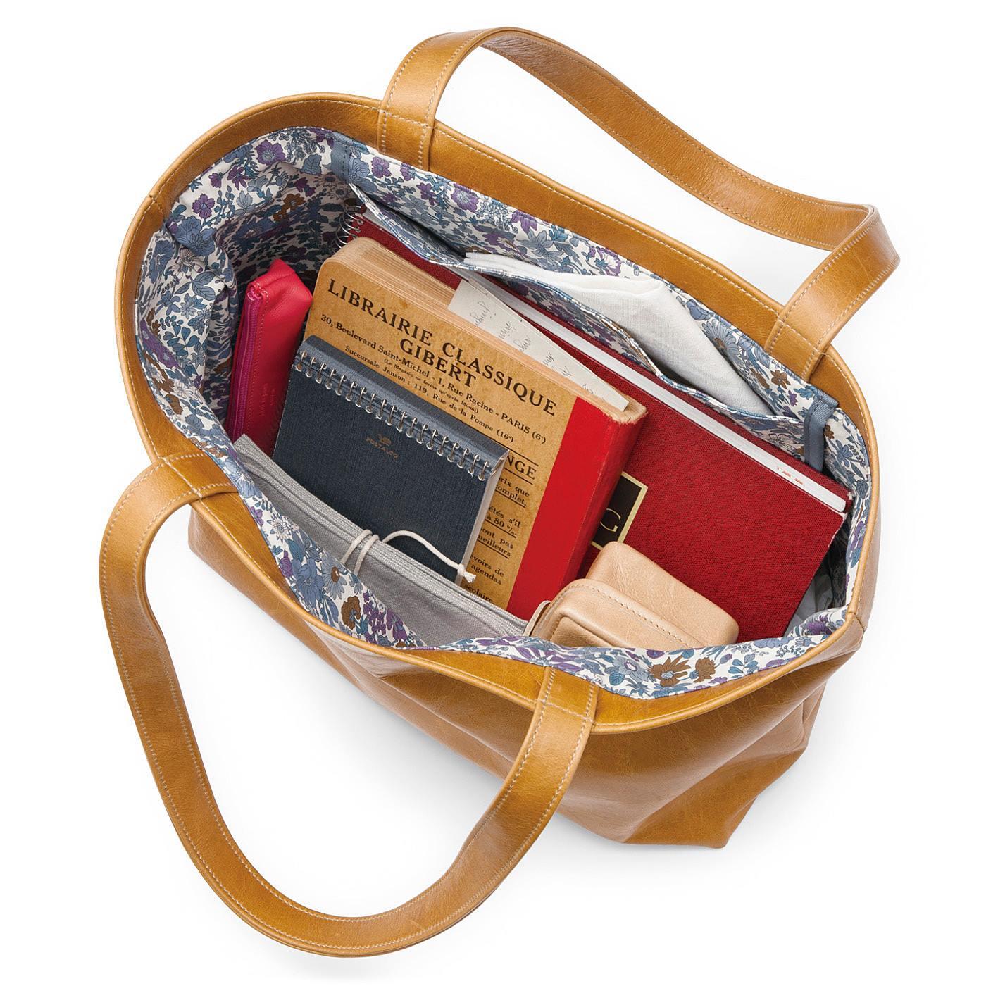 雑誌やA4サイズの書類もキレイにおさまる大きめサイズ。小物の仕分け収納に便利な大きめの内ポケット。
