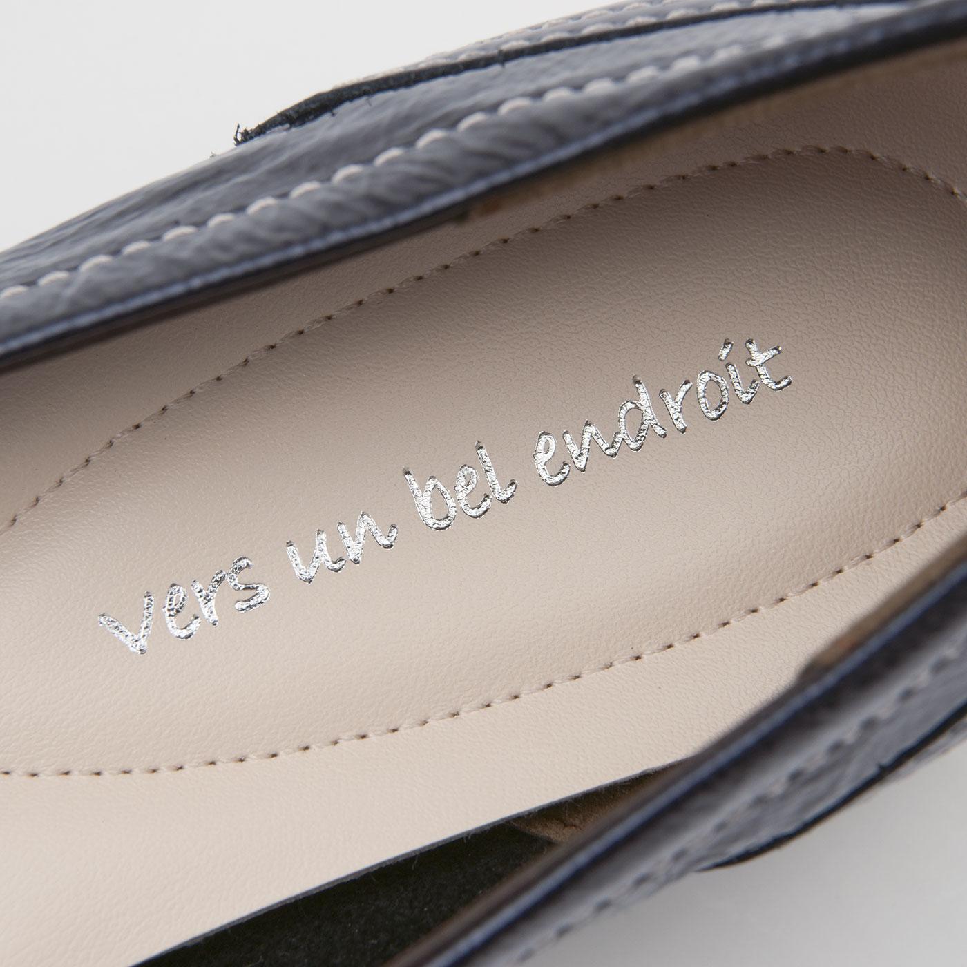 中敷きにプリントしたのは「美しい場所へ」を意味するフランス語。「ステキな靴はあなたをステキな場所に連れて行ってくれる」そんな気持ちを込めて。