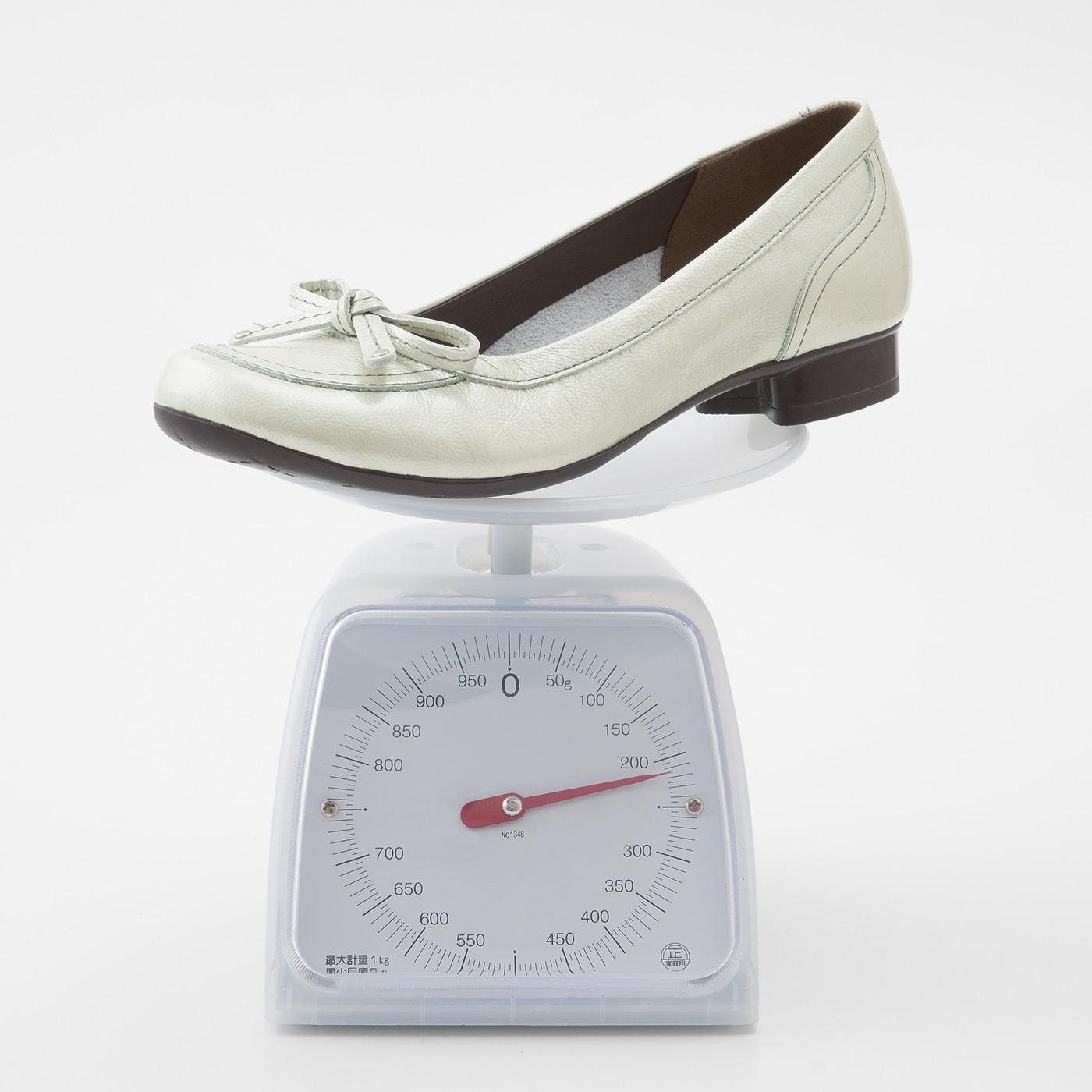 一足(両足)約430g。ショッピングや外まわりのお仕事でも、さっそうと歩ける軽さ。ぐらつきにくい安定感のある約2.5cmヒールも履きやすさのポイント。