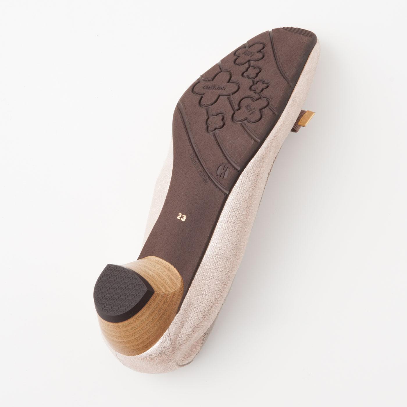 滑りにくく磨耗しにくく、衝撃を軽減するクッション性のあるソール素材。ヒールはコツコツ音がしにくい「消音ヒール」の気配り仕様。