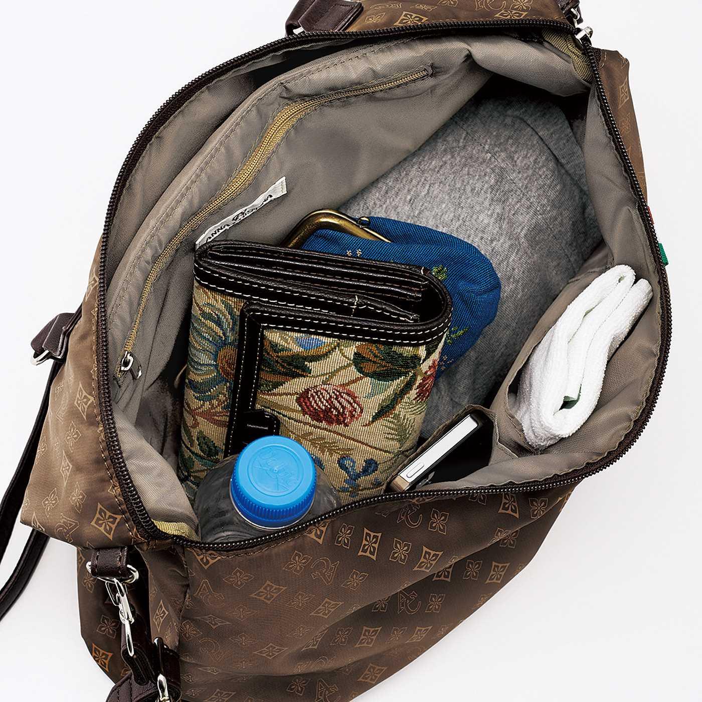 オープンポケットふたつと、ファスナーポケットひとつ付き。見た目以上の収納力。