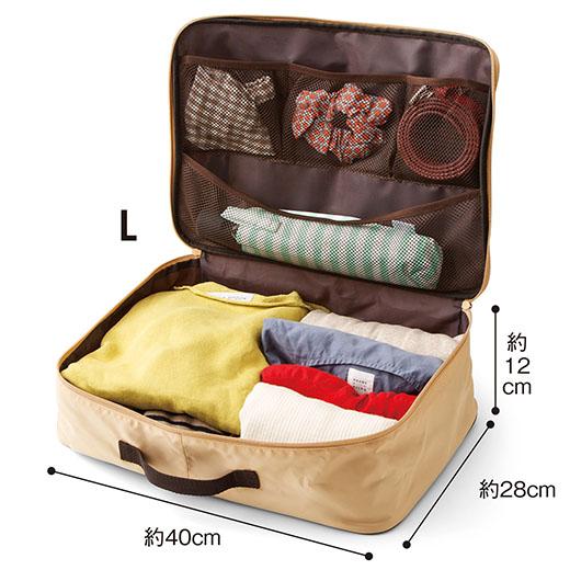 衣類をメインにアクセサリーやベルト、折りたたみ傘なども収納できるポケット付き。