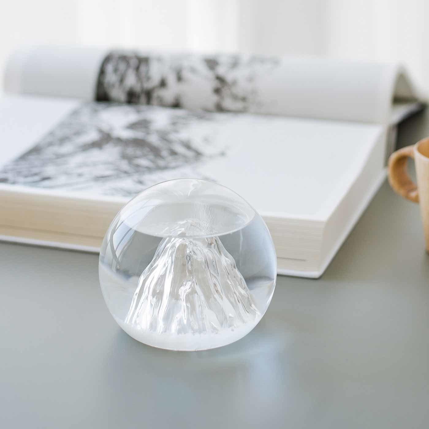 天気によって結晶が変化する 雲海から山頂がのぞくストームグラス