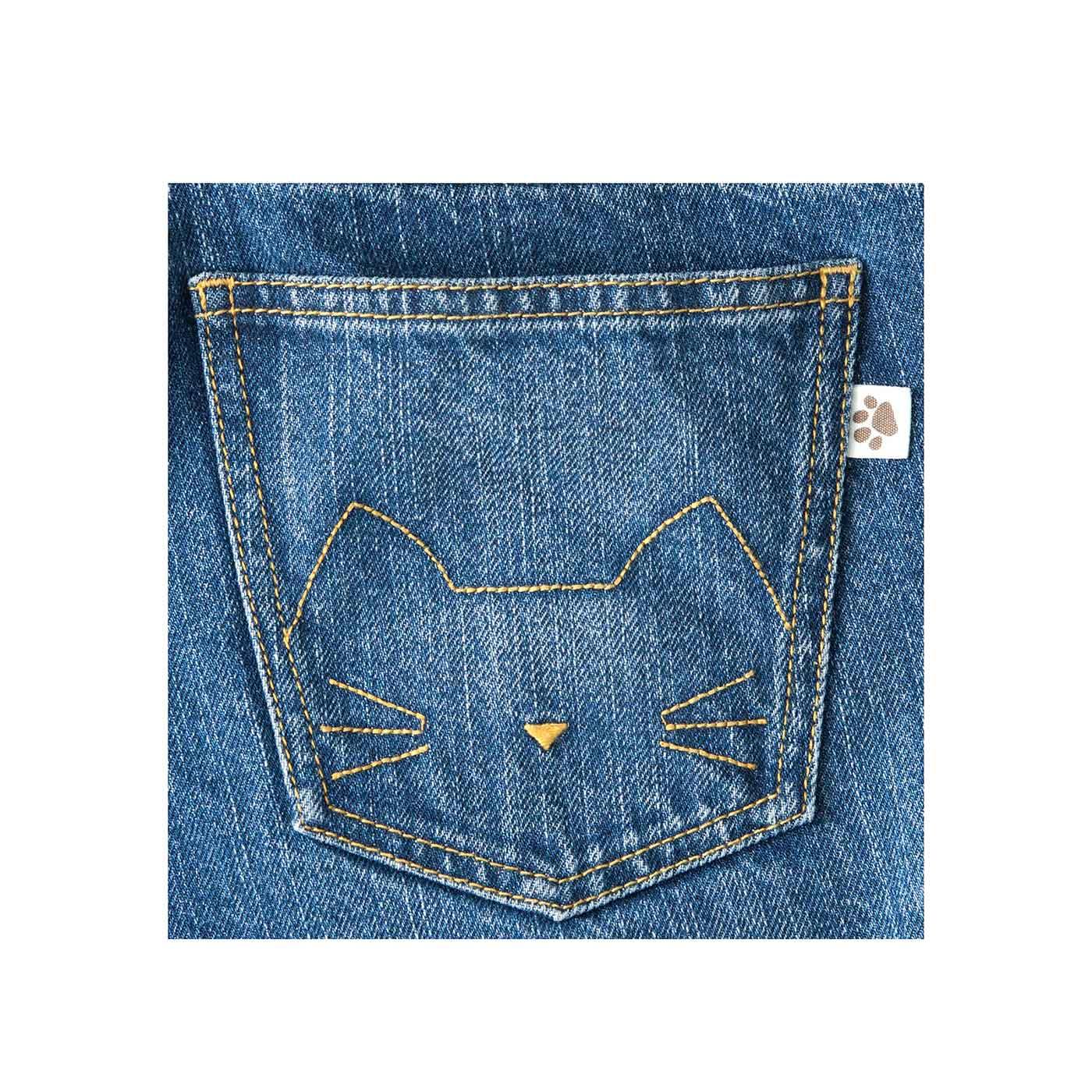 おしりポケットにはさりげない猫の刺しゅうと、猫部のタグ付き。