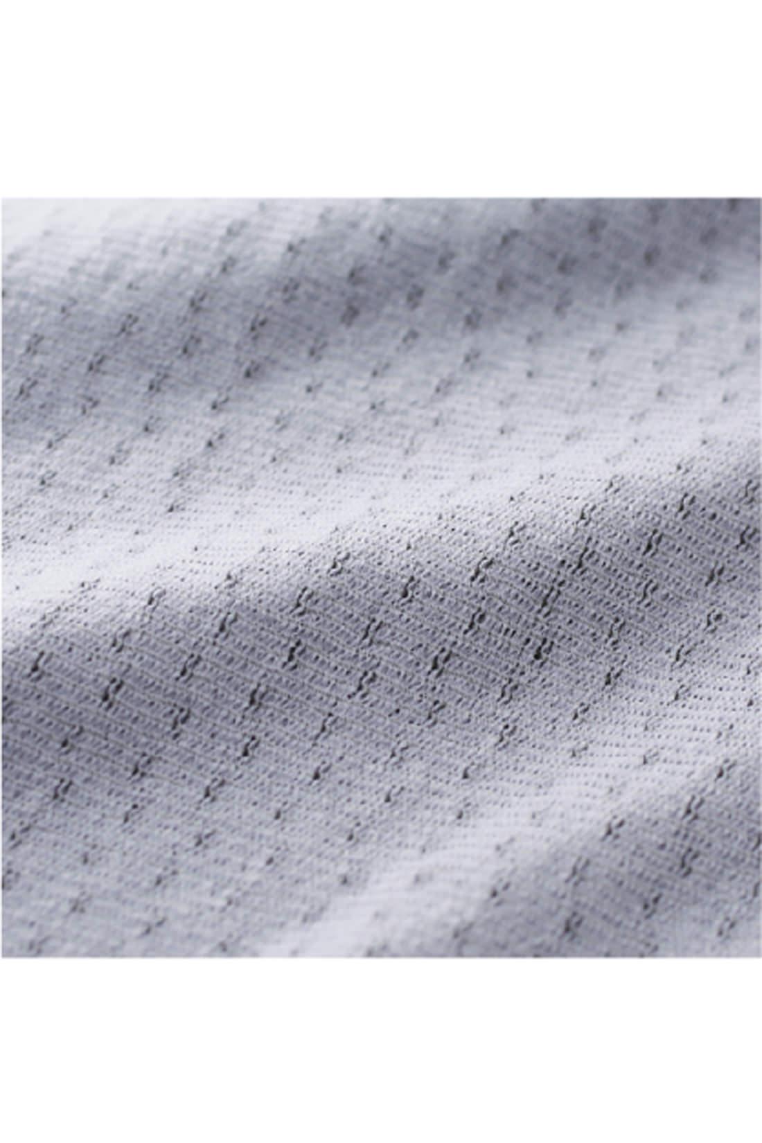 〈肌側〉ポリプロピレン糸で編み立ててあるので体温を逃しにくい。
