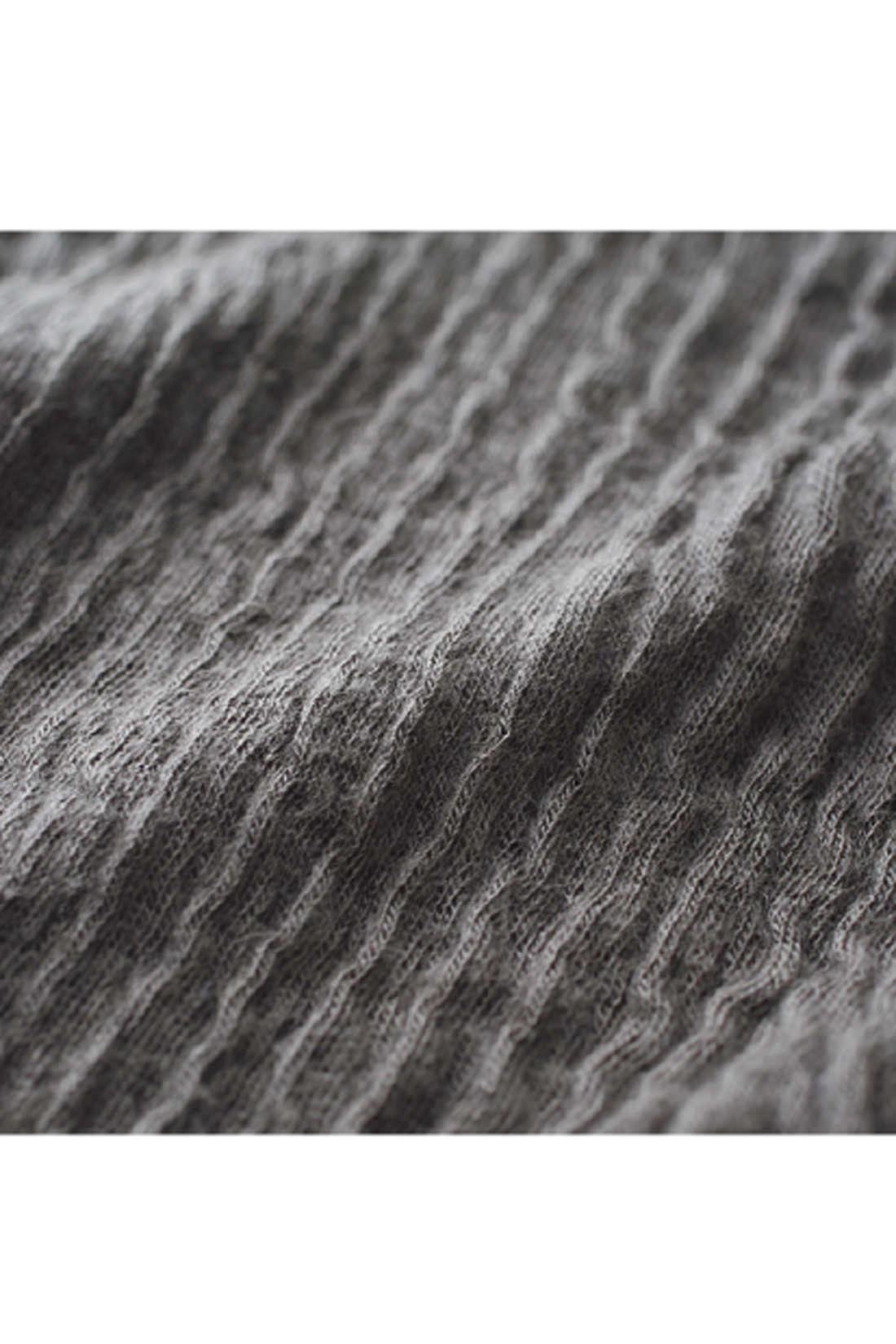 〈外側〉しぼ感のあるリップル素材が空気の層をつくります。