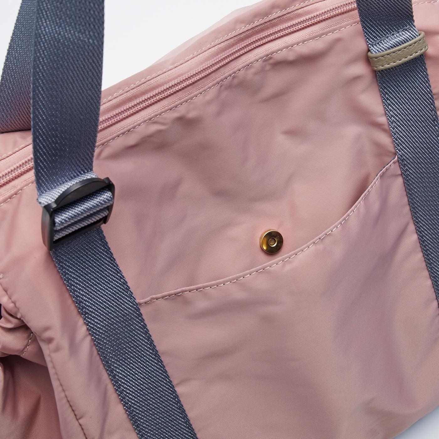 外側には大きめポケット付き。