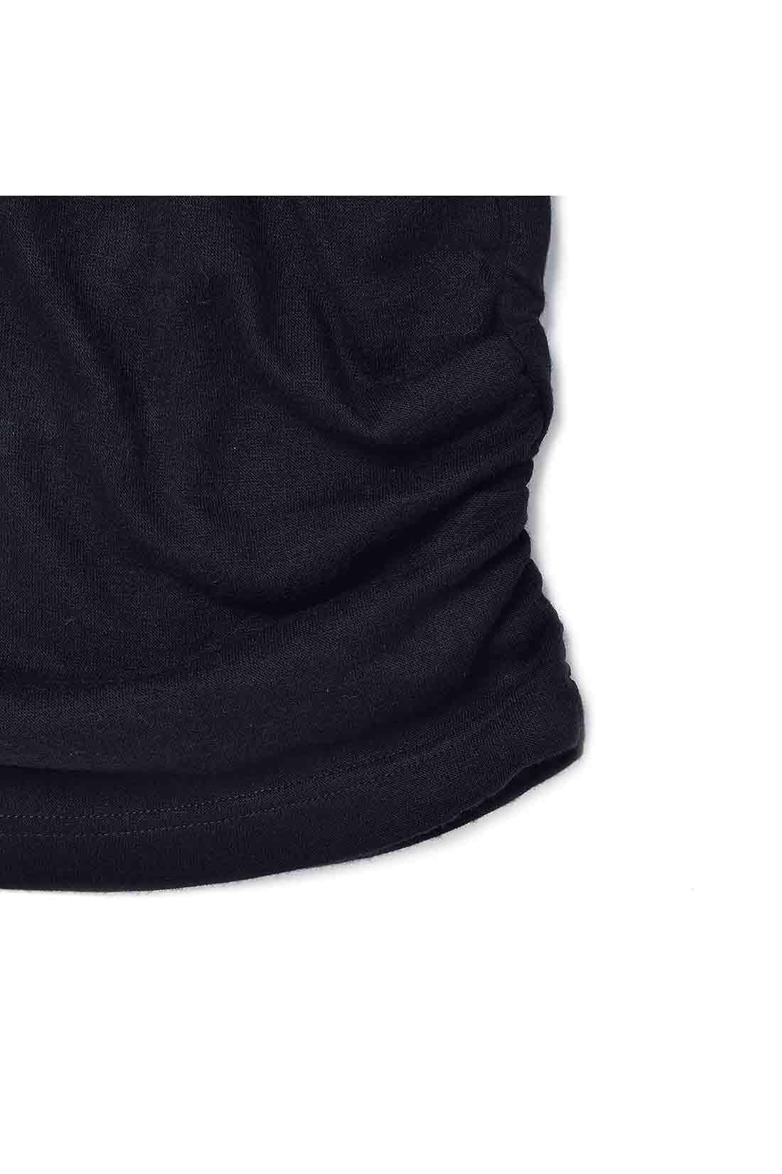 ニットソーはわきギャザーデザインで腰まわりをカバーし、こなれ感と細見せをかなえます。