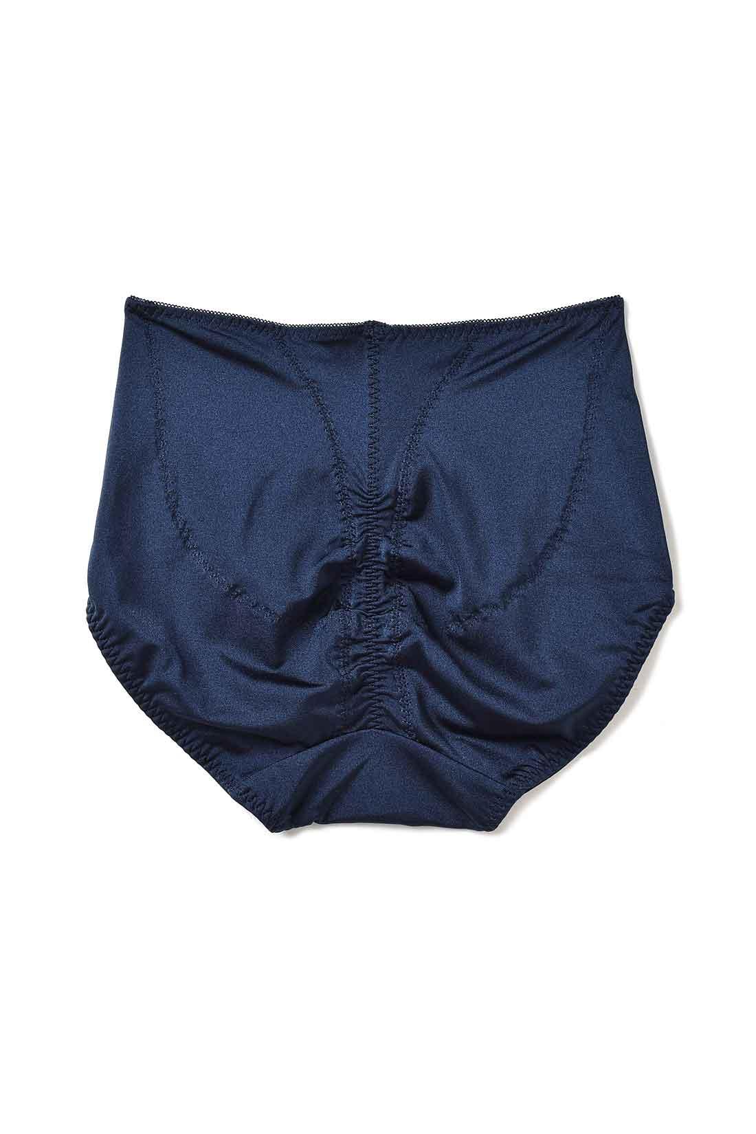 Back 4枚の生地縫製とギャザーで立体的な丸尻に。