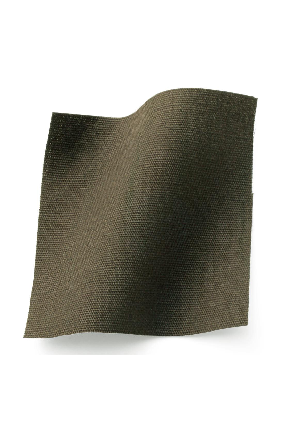 綿100%のきれいめ素材。ハリ感と通気性があり、快適。