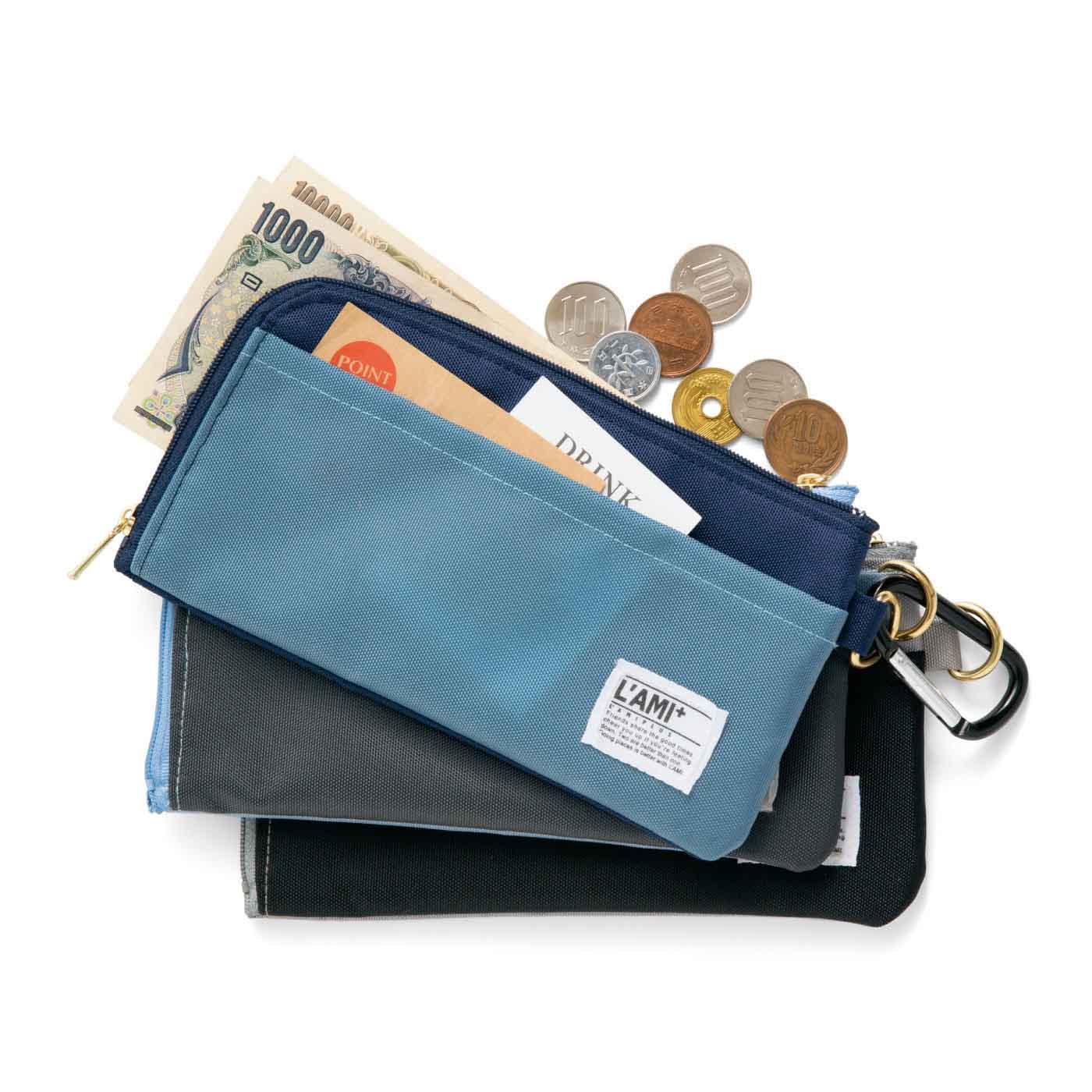 外ポケット付き。サッと取り出したいクーポンやお買い物メモなどの収納に便利。