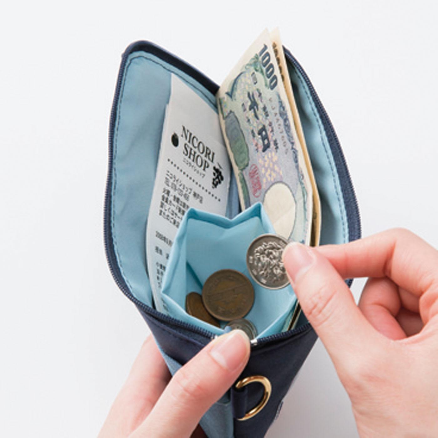 小銭ポケットを仕切りにして、お札とレシートを分けて収納。