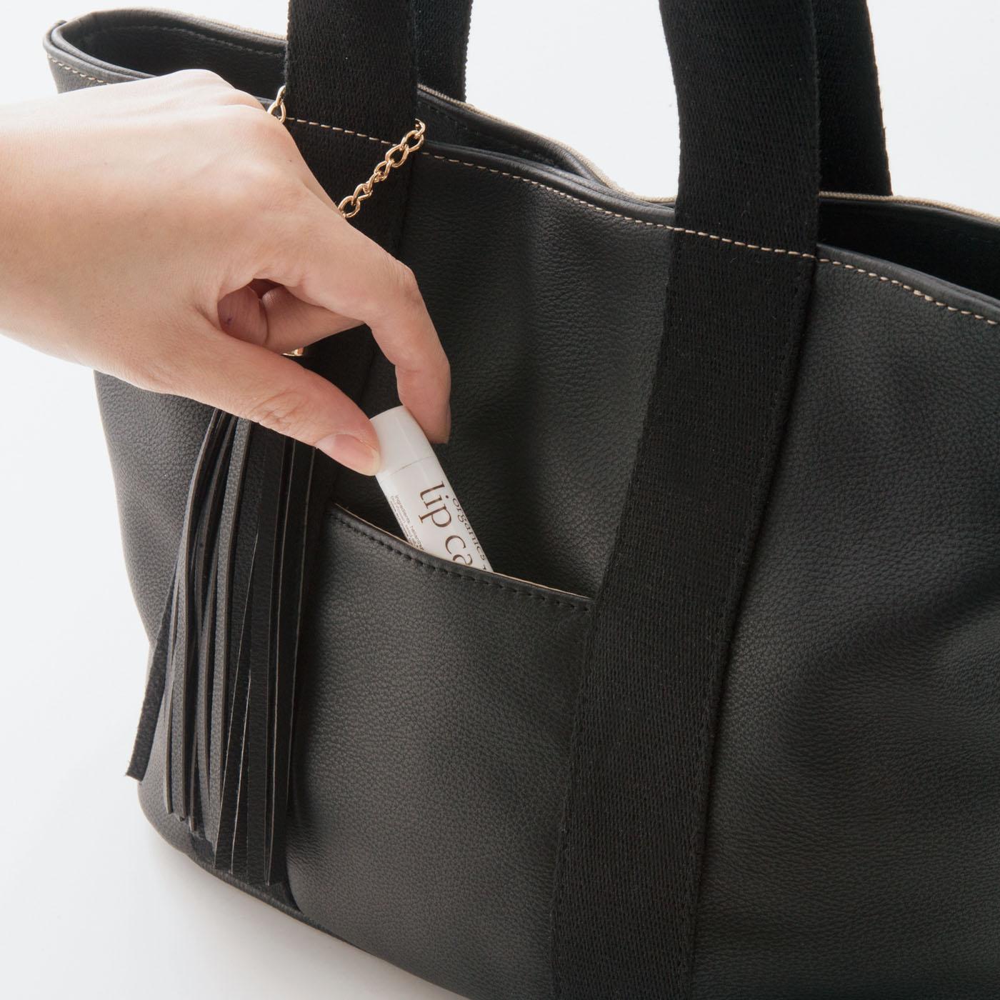 輝きポイント5 ハンカチやリップクリームをさっと取り出しやすい外ポケット。
