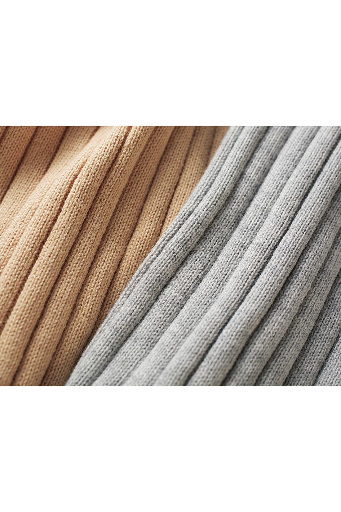 コットンに15%シルクを加えることでしなやかな素材に。しっかり目の詰まった立体的で太めのリブ編みにすることで、ダレにくさと張り感をかなえました。ウォッシャブルなのもうれしい。※お届けするカラーとは異なります。