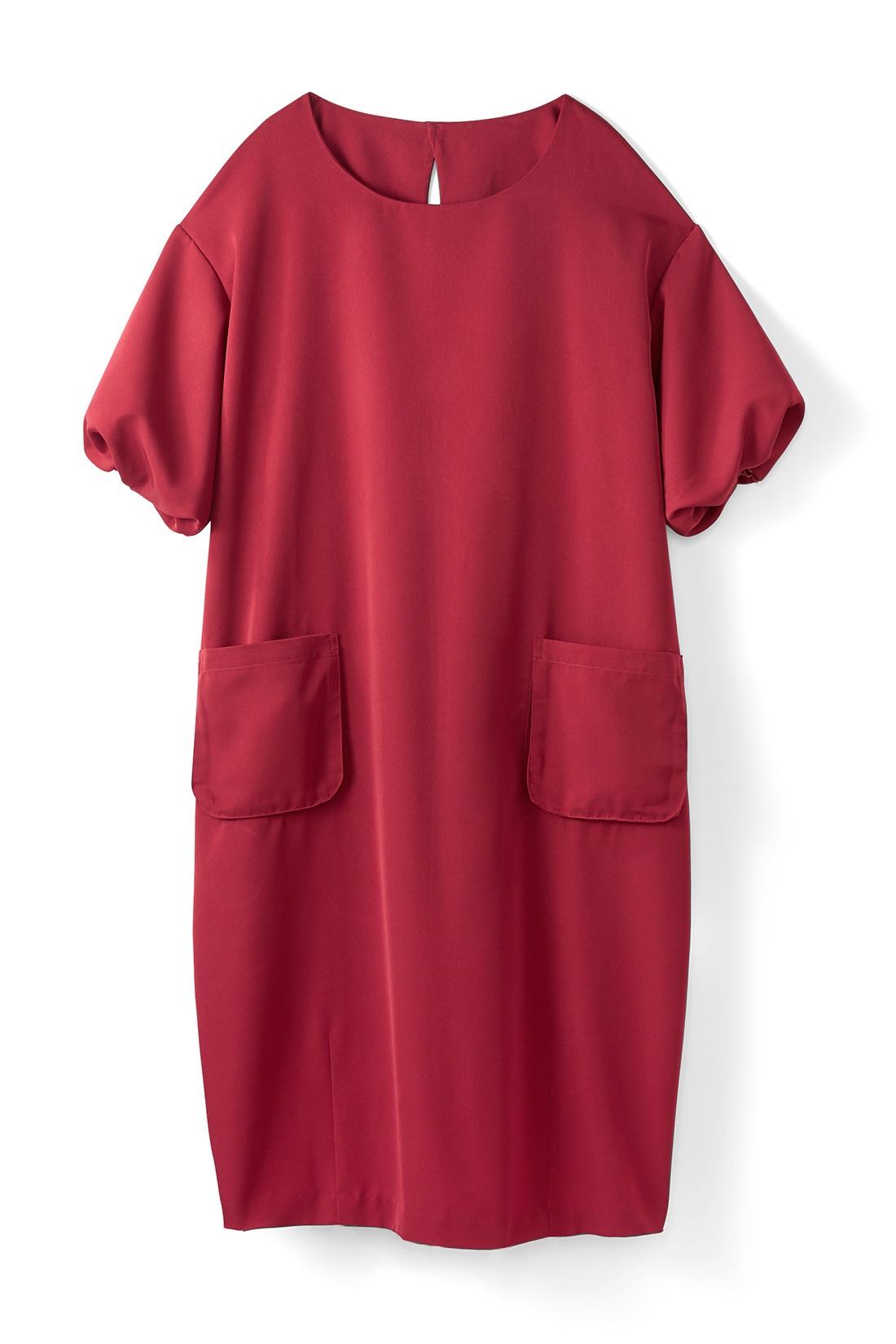 【レッド】 バルーンみたいにふくらんだ袖がいい感じ。コクーンシルエットは、からだのラインを隠してくれるので着やせ効果◎。