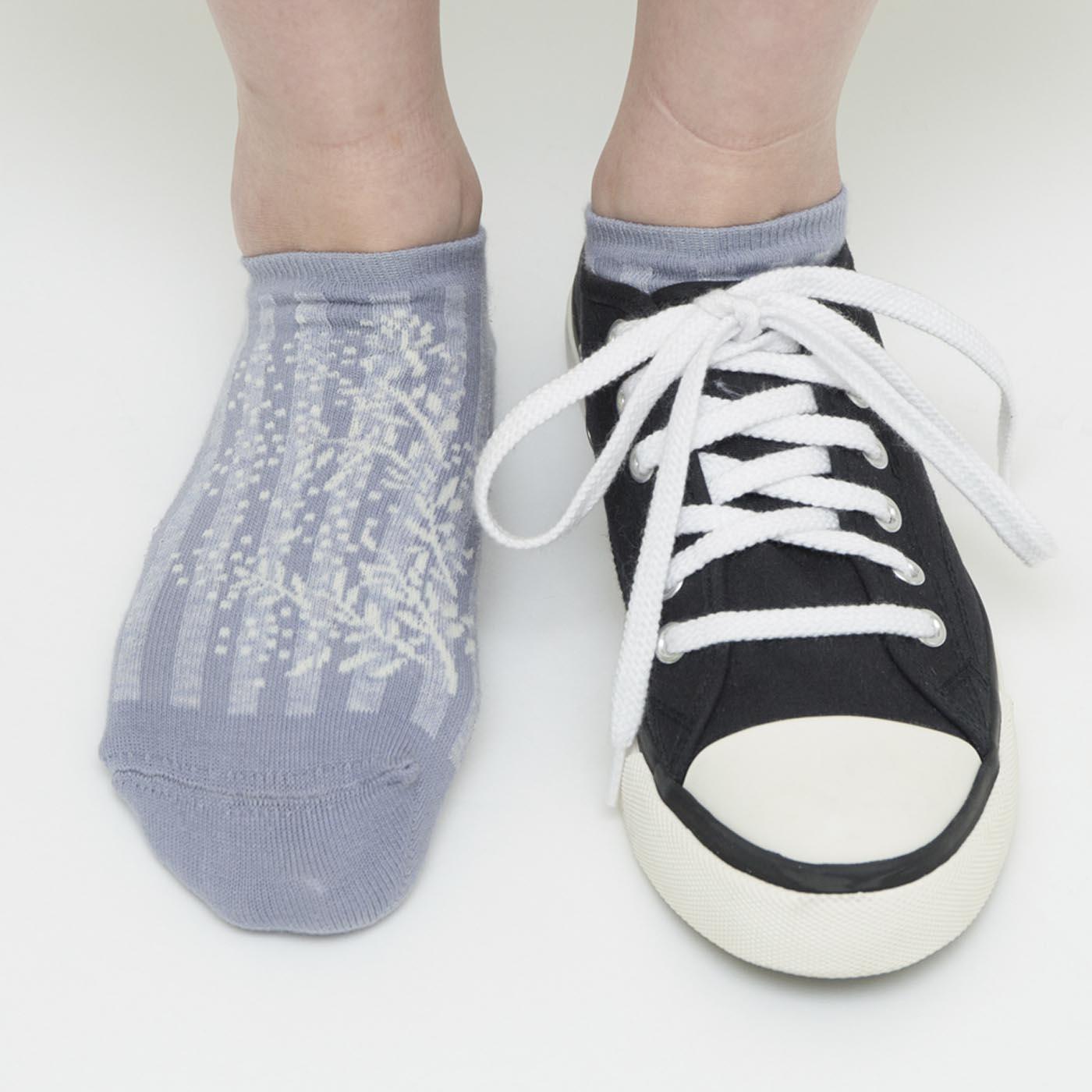 足の甲にも素敵なデザイン。靴を脱いだときにもテンションが上がります。