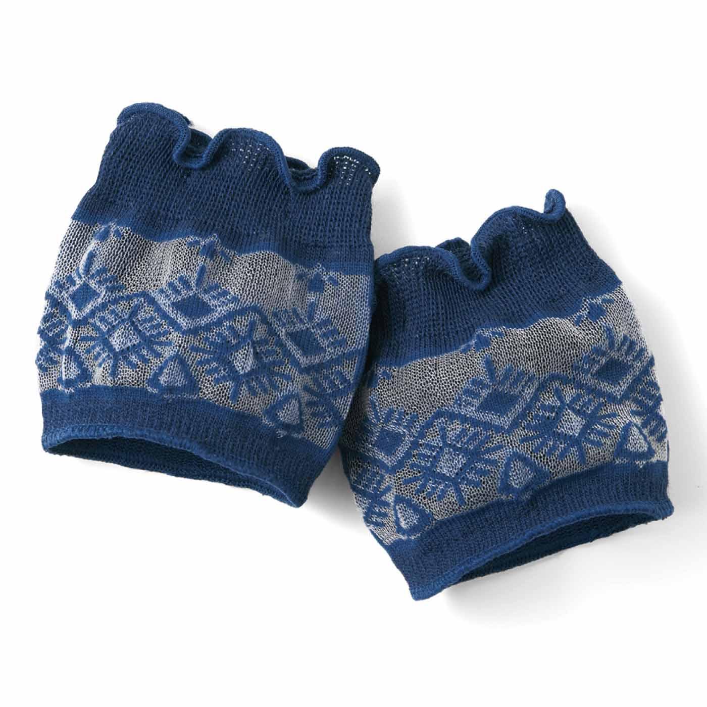 親指・中央・小指の3つのホールに分かれているから、トングを履いても指が痛くなりにくく、ずれにくい。透け感のあるシースルー素材だから涼しげ。