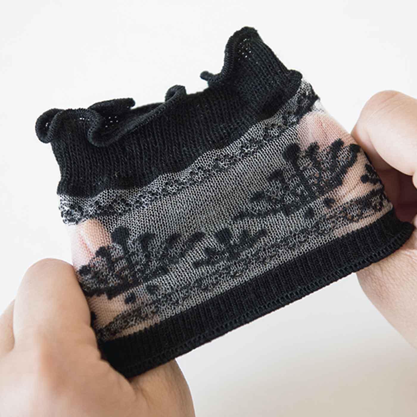 甲部分のシースルーレースが華やか。指のまた部分と足裏には抗菌防臭&速乾素材を使用。