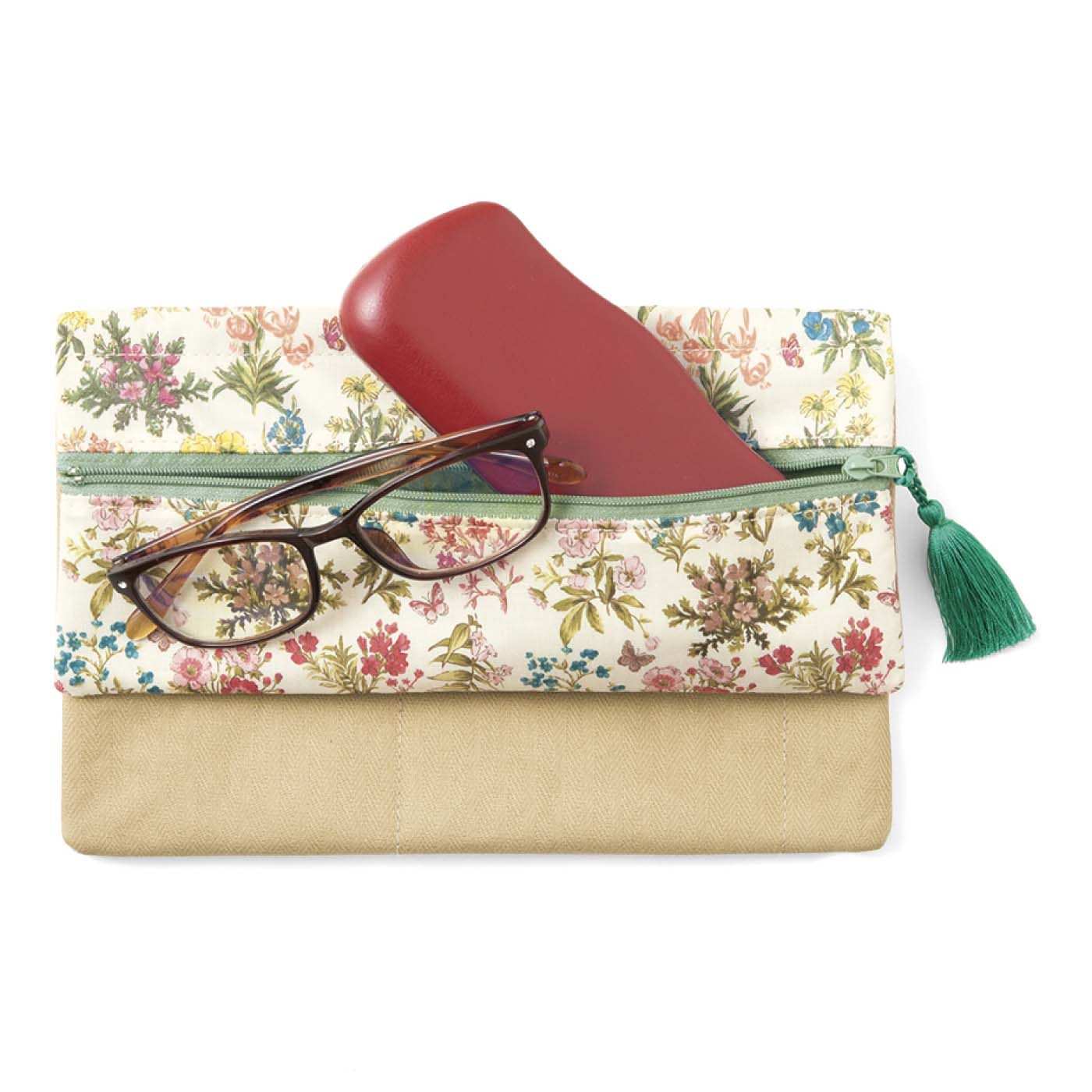 細長い前面ポケットは眼鏡やペン入れにおすすめ。