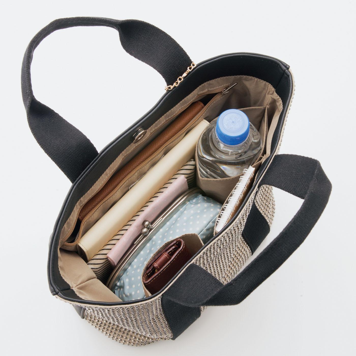輝きポイント4 内側にはファスナーポケットの他に小物を入れるポケットが2つ、ペットボトルや折りたたみ傘がしまえるポケットも。