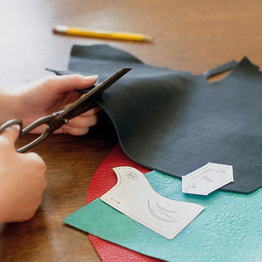 セットの型紙で鳥型ICカードケース、家型キーカバー、ストラップなどを作ることができます。