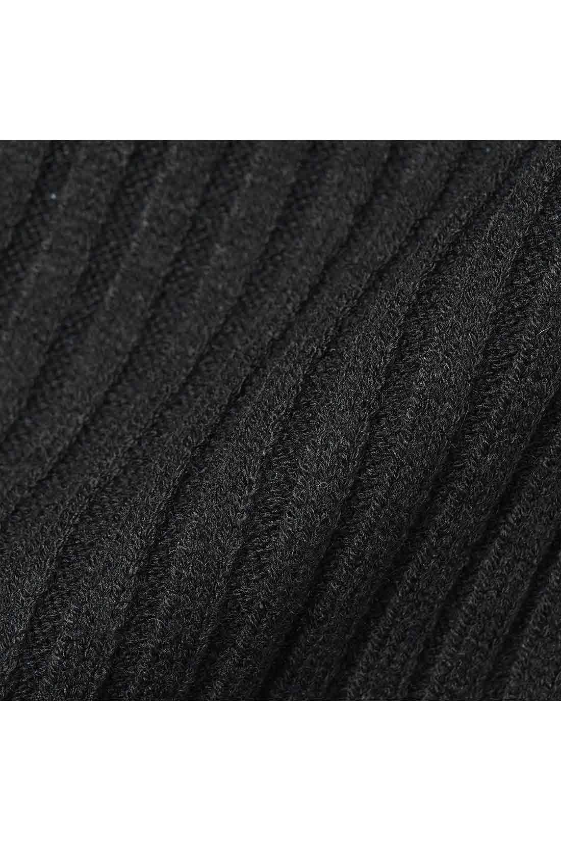 幅広リブのウール混ニット 秋冬の装いにちょうどいいミドルゲージのワイドリブニット。伸びやかで着心地よく、縦ラインを強調してメリハリのある美シルエットに導きます。
