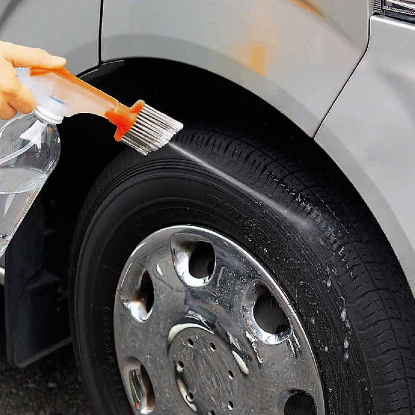 車のタイヤの泥汚れにプシュッと。