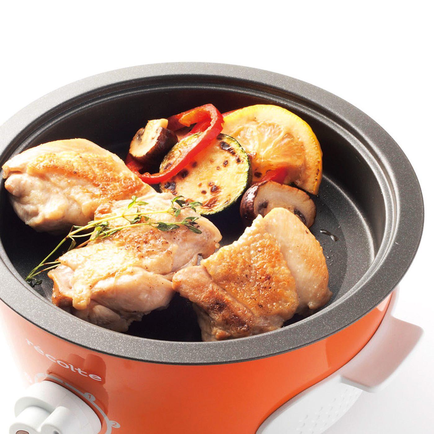 肉や野菜を焼くときはグリルプレートをセット。 ※お届けするカラーとは異なります。