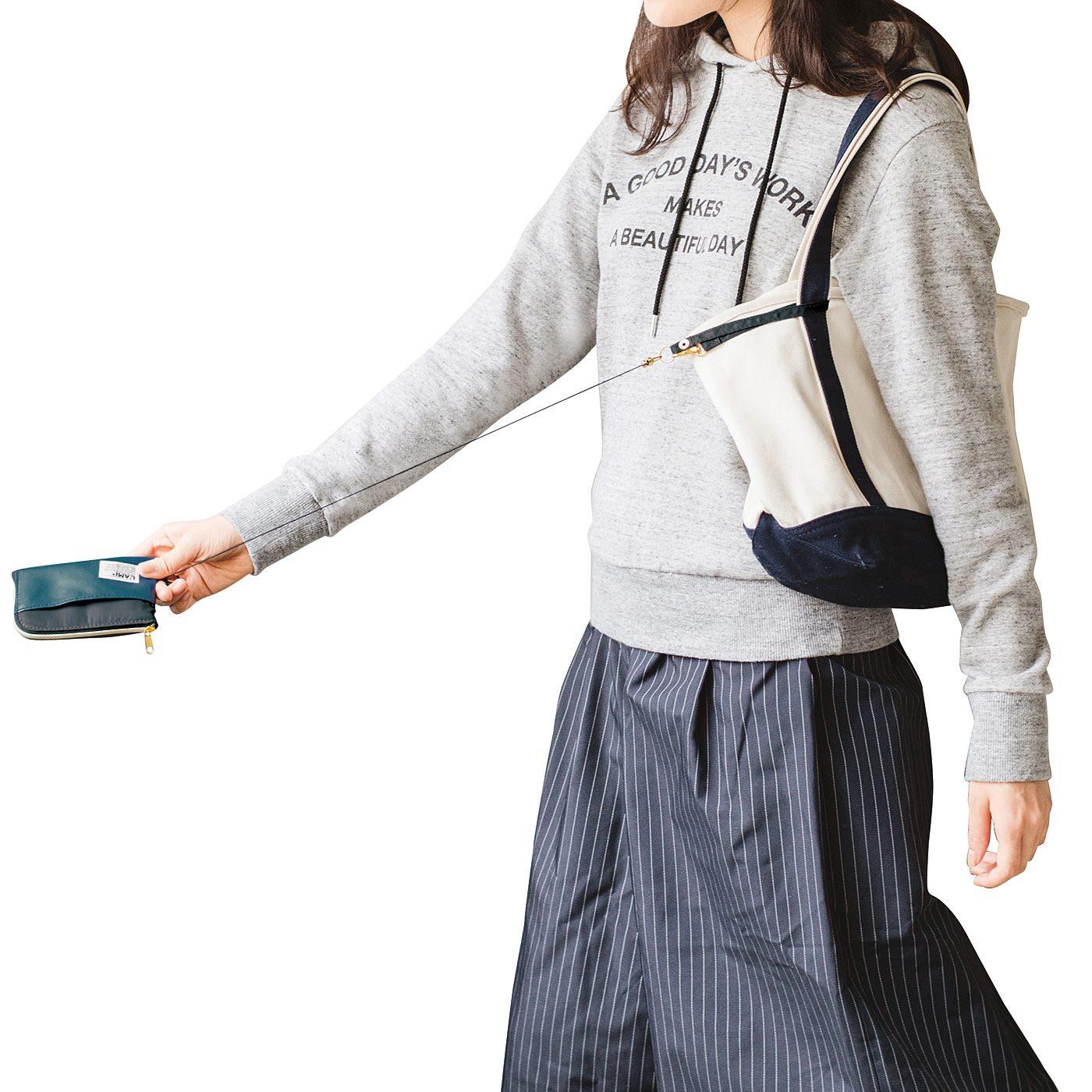 ストラップのボタンを外せば、バッグに付けたままケースごと伸ばすこともできます。ICカードの使用もらくらく。