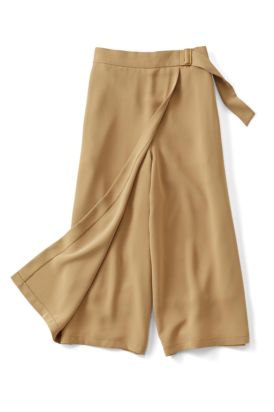 ラップスカート風デザイン。 スカートに見えて実はパンツなので、アクティブに動けてらくちん。