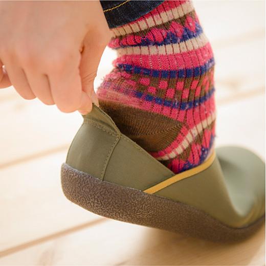 立ったまま履きやすいつまみ付き。
