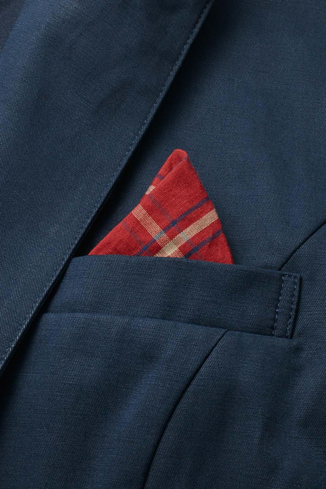 ポケットの内布は上品な赤チェック。クシュっと引っぱり出してポケットチーフ風にアレンジして着こなしのアクセントにも、隠してベーシックな着こなしもOK。