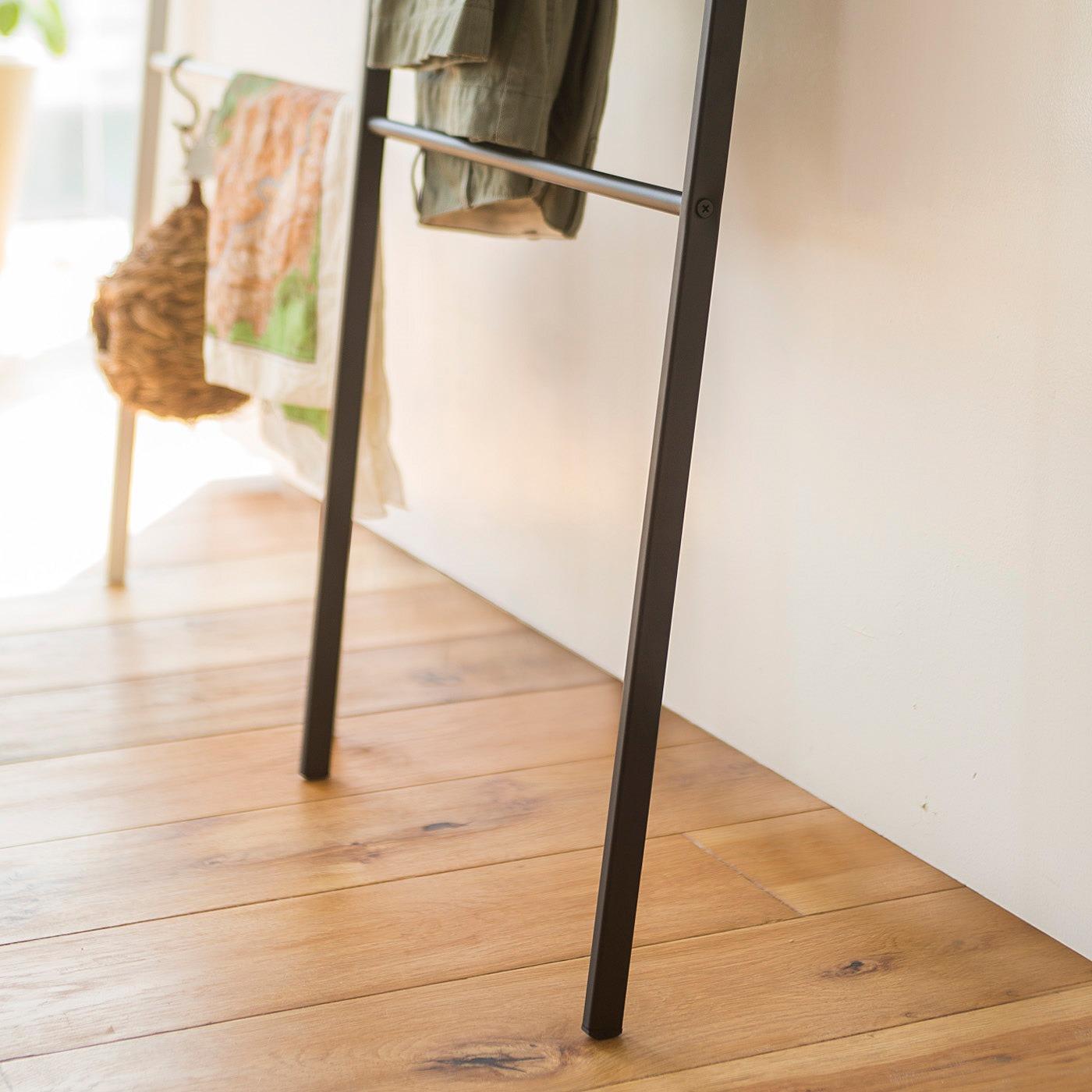 奥行き約30cmのスペースで、立てかけることができます。