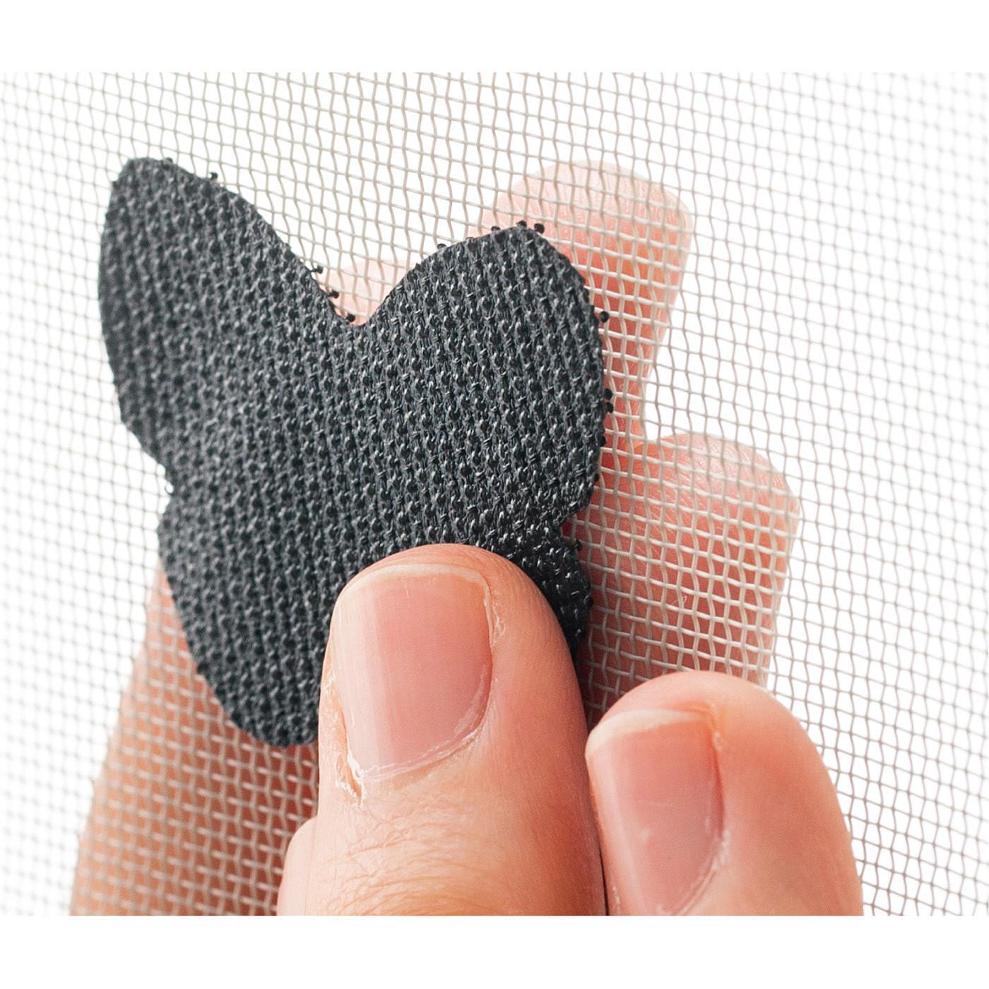 How to use ペタッと面ファスナーみたいに貼るだけ。編み目の両面から指先で押し付けます。