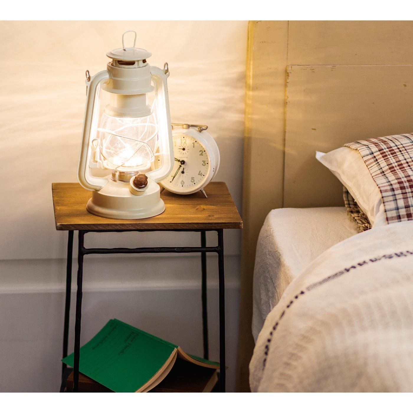 ベッドサイドに置けば、間接照明としても活躍します。