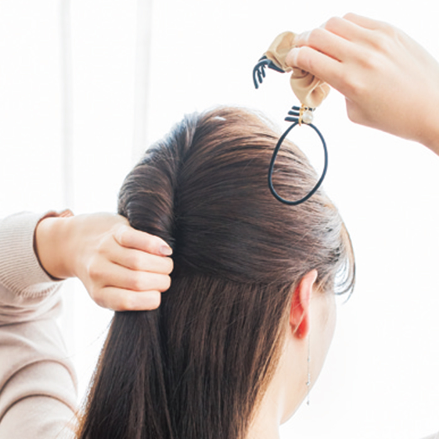 【HOW  TO USE】1.トップの髪をざっくりまとめ、2~3回ねじってクリップ部分で留めます。