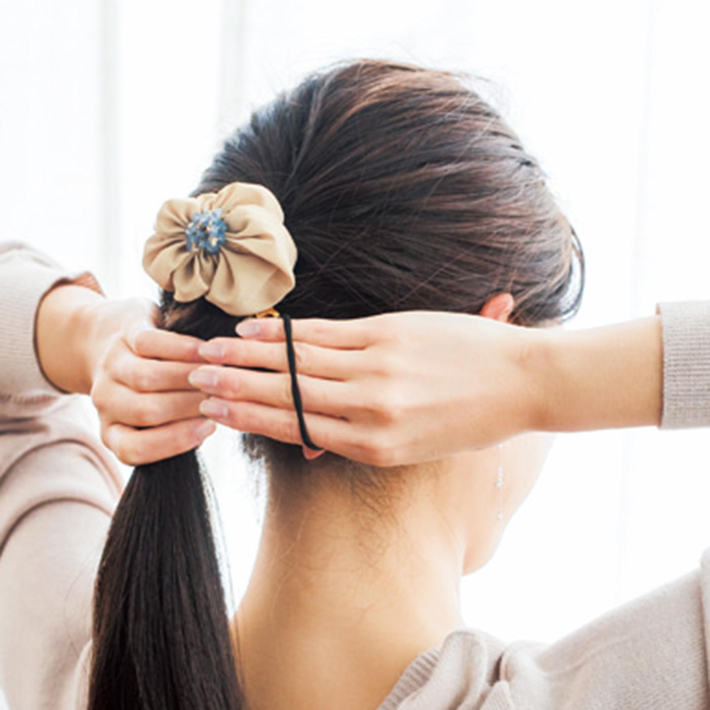 【HOW  TO USE】2.残りの髪を集めてゴム部分で結びます。