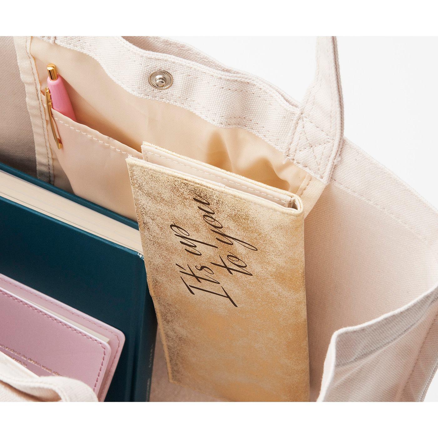 バッグの中にもセットOK。お財布に入り切らないカードをすっきり持ち運べ、レジ前でもたつかずスマート。
