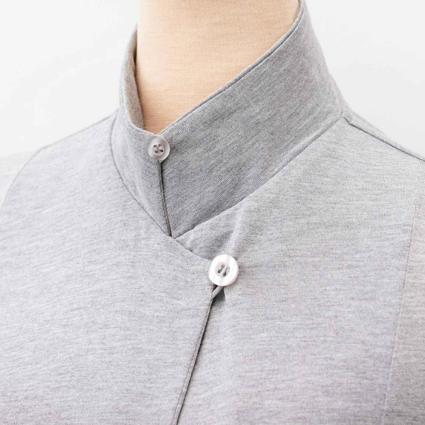 衿裏のボタンを留めれば立ち衿に。首もとの日差しもカバーします。
