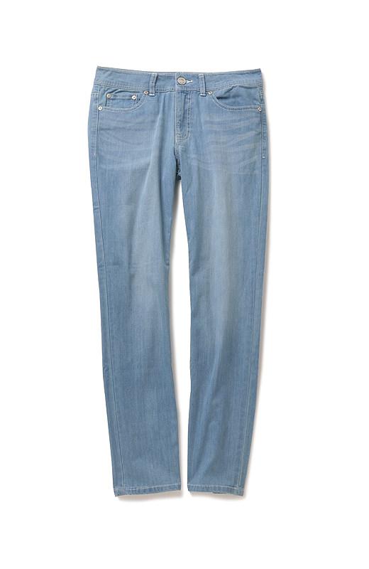 ほどよく細身のシルエットに、着まわしにも便利なフルレングス。さらにブラスト加工も加えて、徹底的に細見せ・美脚効果を追求。ロールアップしても軽やかに着こなせます。
