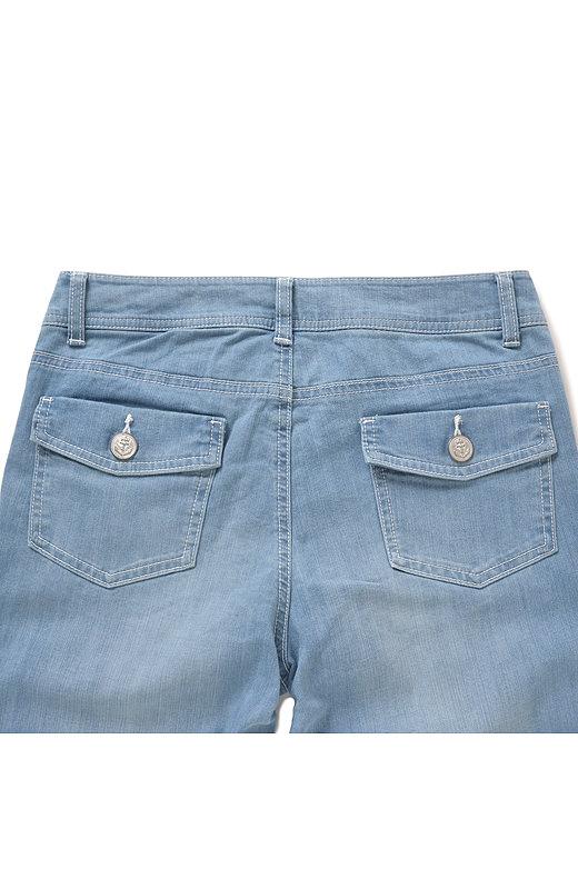 気になるヒップラインは、フラップ付きのヒップポケットがさりげなくカバー。少し高い位置に付けて、キュッと上がった美尻に見せます。