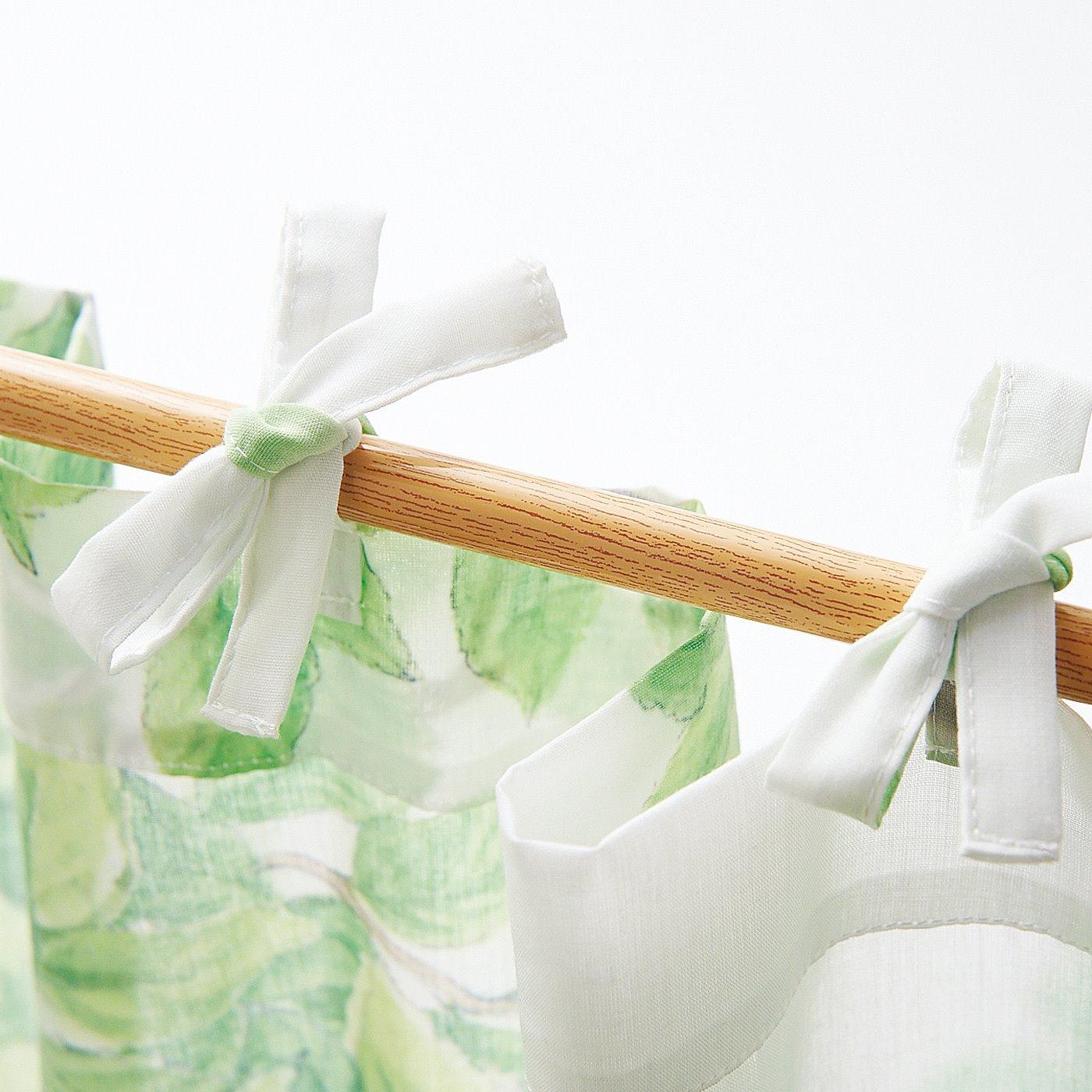 のれんとして使っても。上辺のひもを結んで、カーテンレールやつっぱり棒につるせます。