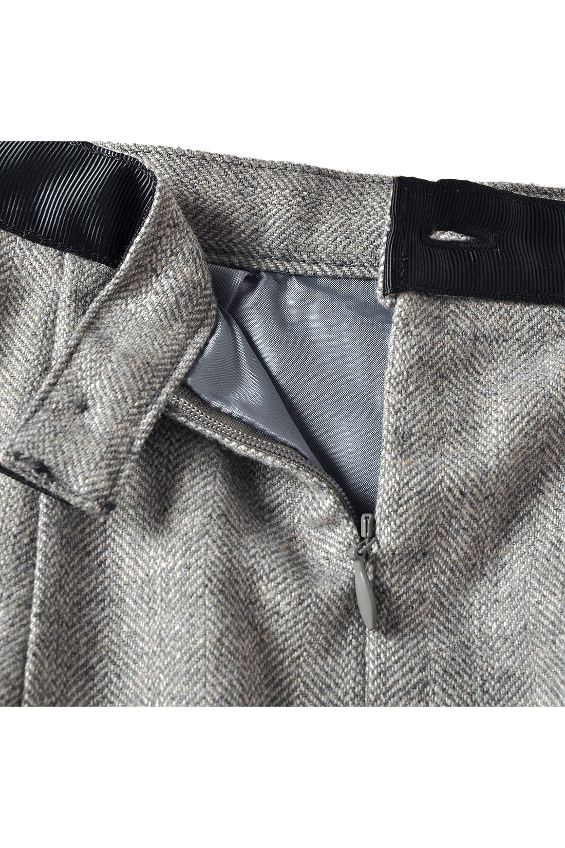 裏地付きだから一枚ではけて安心&らくちん。ウエストがきれいに決まるファスナー仕様で、きちんと感もキープ。
