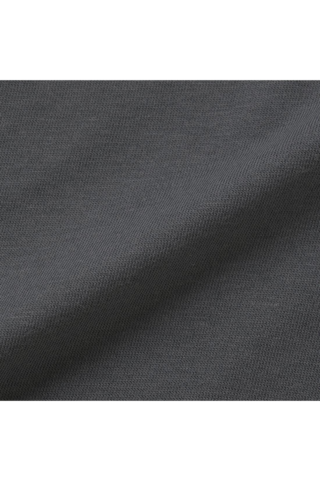 カーディガンは滑らかで落ち感のあるカットソー素材。肌心地がいいからノースリーブにはおっても。