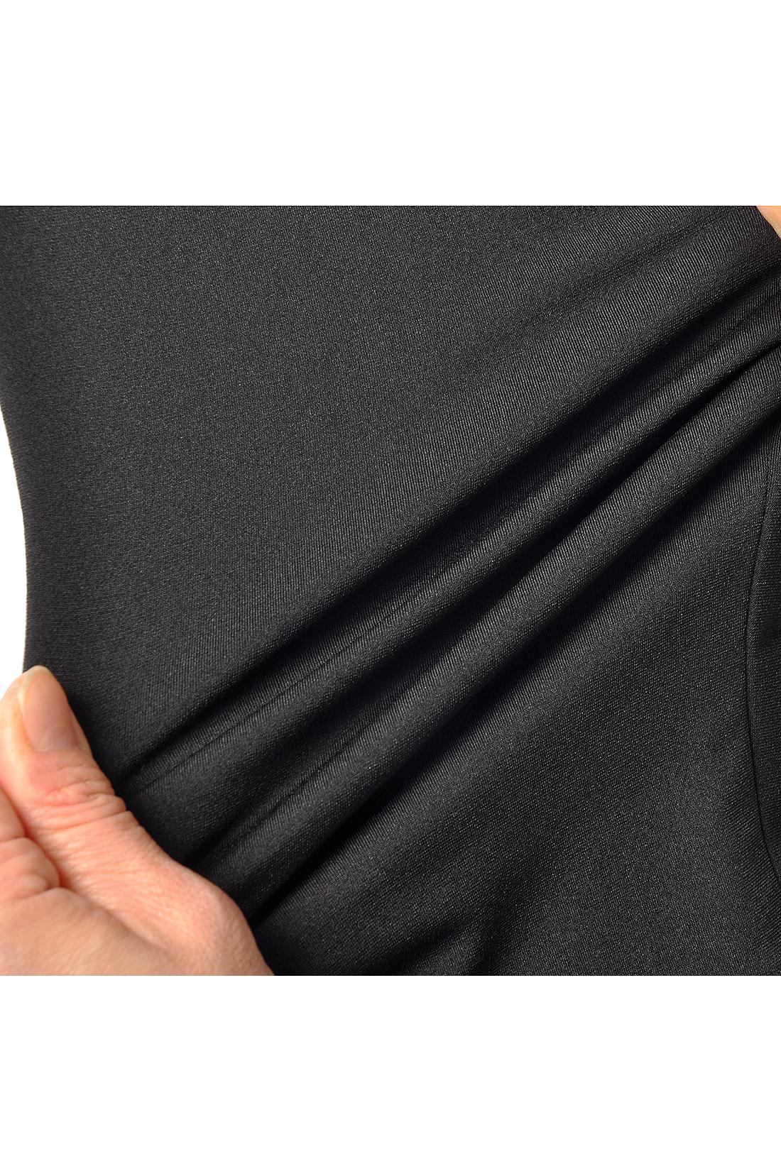 縦横斜め、360°に伸びるポリウレタン弾性繊維「ROICA®」を使用。ゴムのように伸びつつもゴムの数倍の引っぱり強度と伸縮性を持ち、ゴムより軽いのが特長です。