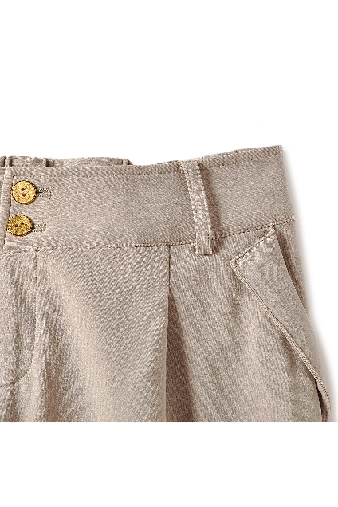 ベルト部分をV字に切り替え、脚長効果をプラス。縦に並んだゴールドボタンが女性らしい印象です。フロントに入れたタックが、ふわりとさりげなく腰まわりもカバー。