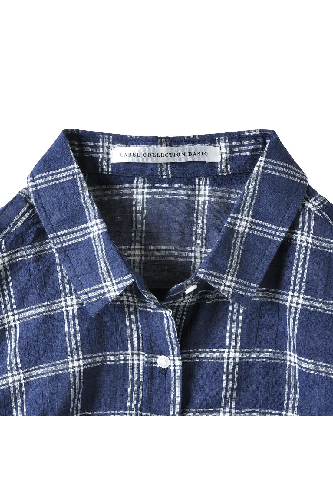 ボタンを開けてもきれいに決まる小さめ衿。